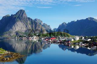 Der Reinefjord an einem stillen Morgen