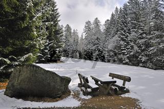 Rastplatz in winterlich verschneitem Wald