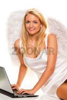 Engel zu Weihnachten nimmt Wünsche mit Laptop an.