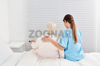 Seniorin als Patient bekommt Hilfe beim Aufstehen