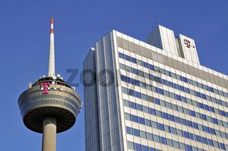 Verwaltungsgebäude der Telekom, dahinter der Fernsehturm, Köln, Nordrhein-Westfalen, Deutschland, Europa