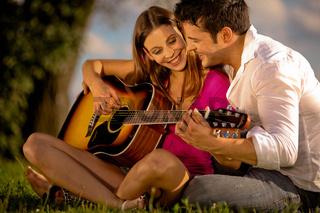 Gitarre Spielen im Gras