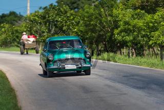 Amerikanischer grüner Oldtimer fährt auf der Strasse in Santa Clara Kuba