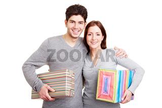 Lachendes Paar mit Geschenken