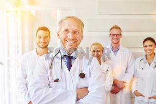 Chefarzt mit Ärzte Team im Krankenhaus