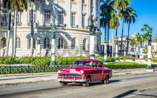 HDR - Rot brauner amerikanischer Oldtimer fährt am Capitolio vorbei in Havanna Kuba