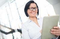 Geschäftsfrau mit Erfahrung recherchiert mit dem Tablet