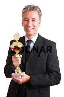 Manager hält Pokal in der Hand