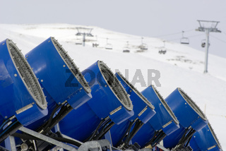 Kunstschnee |Snow canons standing in a row|