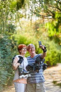 Paar Senioren macht ein Selfie