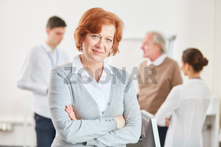 Frau als Senior mit verschränkten Armen