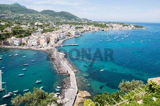 Blick auf den Ort Ischia auf der Insel Ischia in Italien