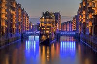 Das beleuchtete Wasserschlo§ zwischen HollŠndischerbrookfleet und Wandrahmsfleet in der Speicherstadt, Illumination Blue Port , Freie und Hansestadt Hamburg, Deutschland, Europa