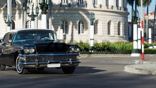 Amerikanischer schwarzer Oldtimer mit weissem Dach auf der Strasse in Havana City Cuba - Serie Cuba