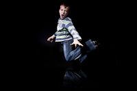 Junge springt und schreit wd678