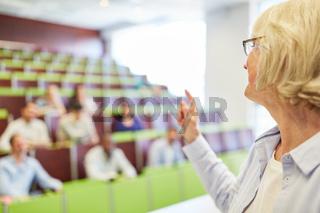 Ältere Frau als Dozentin im Unterricht