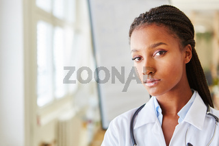 Junge afrikanische Frau im Medizinstudium