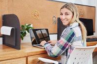 Geschäftsfrau arbeitet am Tablet Computer