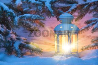 Laterne mit Kerze im Schnee zur Weihnachtszeit