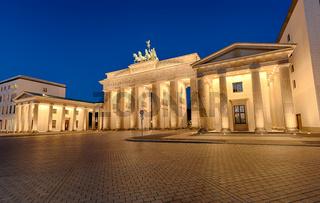 Das berühmte Brandenburger Tor mit nächtlicher Beleuchtung