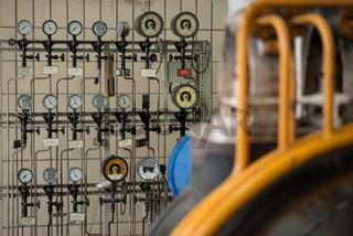 Dampfleitungen einer Turbine mit Meßinstrumenten
