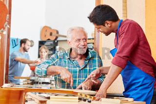 Meister hilft Lehrling bei der Integration