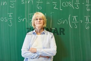 Ältere Frau als kompetenter Mathelehrer