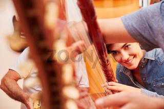 Sorgfältige Reparatur einer Harfe