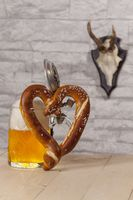 Brezel mit Bier in Herzform