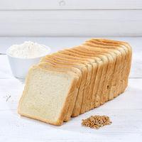 Toastbrot Toast Brot geschnitten Scheibe Quadrat auf Holzplatte