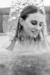 Junge Frau in einem Außenbecken einer Therme