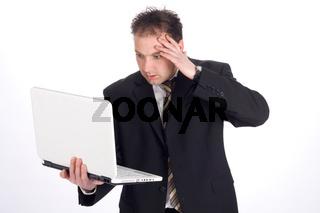 Verzweifelter Geschäftsmann mit Laptop