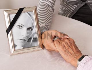 Hände halten zum Trost. Trauer bei Todesfall.