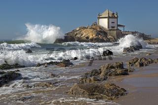 Capela do Senhor da Pedra, Kapelle, Sturm, Portugal, Europa / Capela do Senhor da Pedra with storm, Portugal, Europe