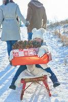 Kind mit Weihnachtsgeschenken im Winter