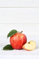 Apfel rot Obst Frucht Früchte Hochformat Textfreiraum auf Holzplatte