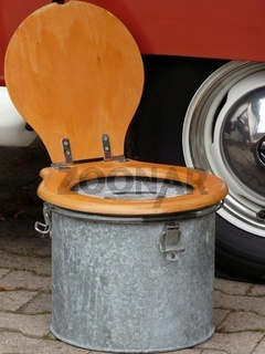 Nostalgisches Reiseklo (Reisetoilette) aus verzinktem Behälter mit Klobrille aus Holz