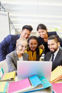 Start-Up Team bei einer Videokonferenz