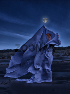Weißer Schleier im Mondlicht