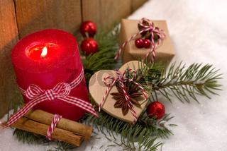 Weihnachtsgesteck und hübsche Päckchen im Schnee