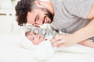 Glücklicher Vater mit neugeborenem Baby
