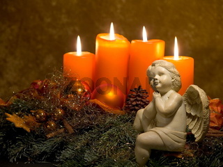 Weihnachtsengel vor Adventsgesteck