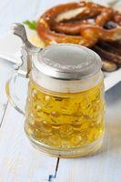 Bierkrug und Nürnberger Bratwurst