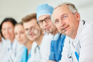 Erfahrener Oberarzt und sein junges Ärzteteam