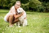 Frau spielt mit ihrem Retriever Hund