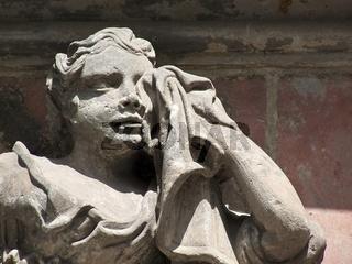 Trauernde Frau am Mausoleum zu Quedlinburg