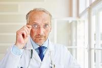 Älterer Chefarzt mit Kompetenz