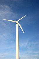 Windrad vor blauem Himmel