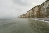 Blickrichtung vom Meer auf Kalkküste, Kalkfelsen der Normandie.