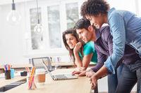 Start-Up Team zusammen am Laptop Computer